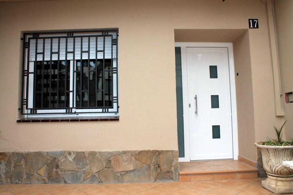Instalaci n de aluminio en vivienda plurifamiliar for Puertas de aluminio para entrada